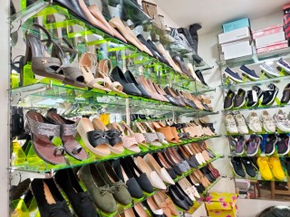 बौद्ध तीनचुलीमा चलिरहेको Ladies Shoes Shop बिक्रीमा