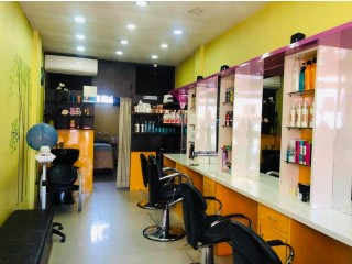 महाराजगंज चक्रपथमा चलिरहेको Unisex Beauty Salon सुलभ मुल्यमा बिक्रीमा